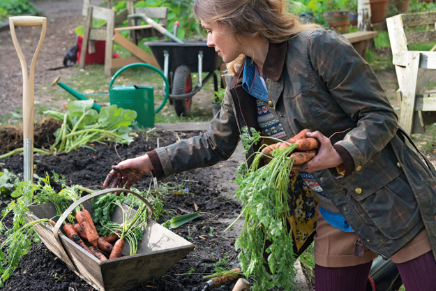 Frau beim Urban Gardening