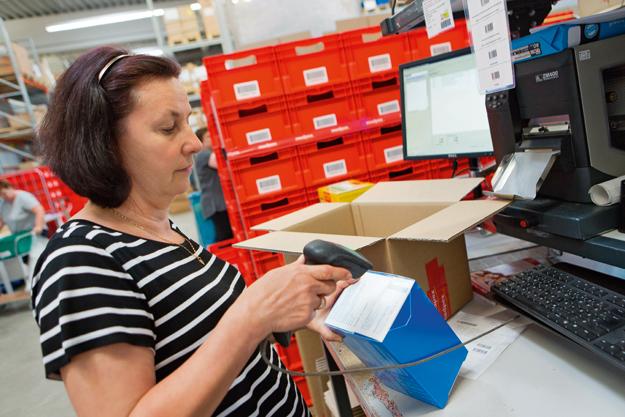 Die pharmazeutische Endkontrolle vor dem Versenden der Pakete