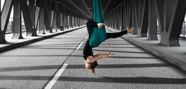 Mehr Leichtigkeit und Gelassenheit: Anti-Gravity-Yoga liegt im Trend, denn es macht nicht nur Spaß, sondern vereint spielerisch akrobatische Übungen zum Kraftaufbau mit Dehnungen und Haltungen.