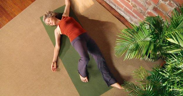 Eine Yogamatte eignet sich als bequeme Unterlage für die Hanna-Somatics-Übungen.