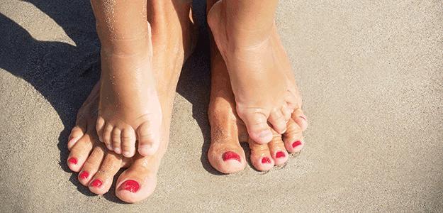 Die Welt mal mit den Füßen entdecken: Barfußlaufen.