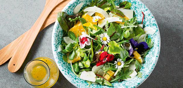 Ein herrliche frischer Salat mit einer Vinaigrette aus Olivenöl.