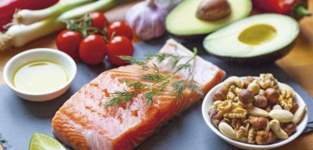 Lachs, Avocado und Nüsse enthalten wichtige Mineralstoffe