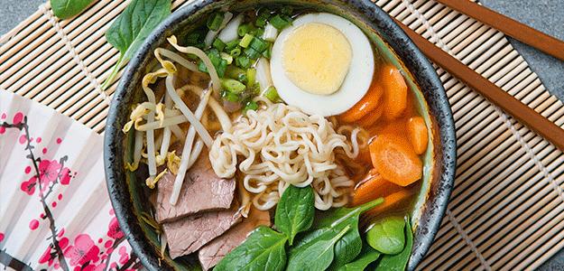 Ramen-Suppe mit Nudeln, Ei, Karotten, Lauch und Rindfleisch