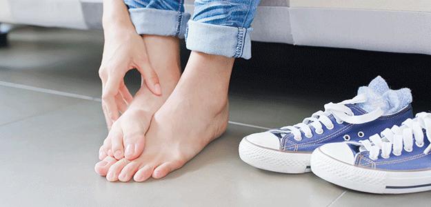 Person reibt sich übre Füße mit Fußpilz.