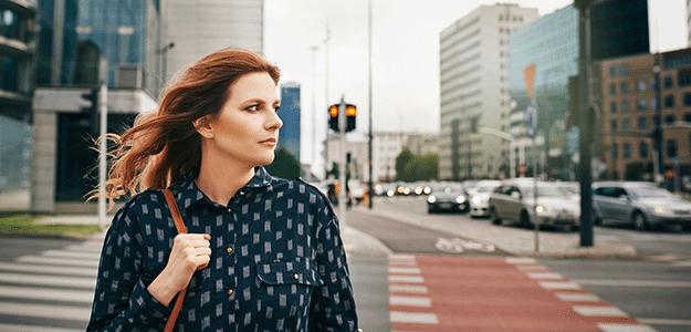 Junge Frau geht in der Stadt spazieren.