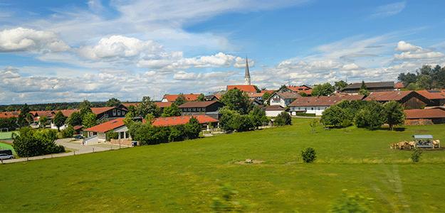 Blick auf eine idyllische Kleinstadt auf dem Land.
